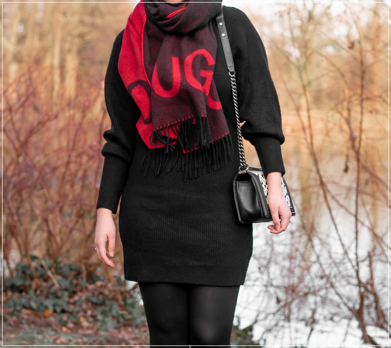 Strickkleid mit Statement-Schal im Winter elegant stylen